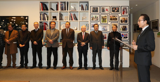 이명박 전 대통령이 지난 1월 17일 오후 서울 강남구 삼성동 사무실에서 기자회견을 갖고 자신과 관련된 검찰의 수사에 대한 입장을 밝히고 있다. [사진공동취재단]