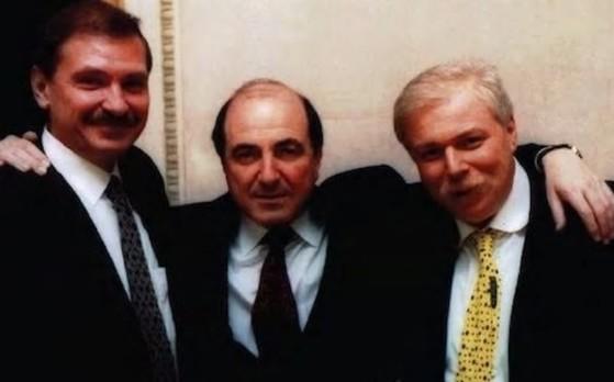 니콜라이 그루쉬코프(왼쪽)와 보리스 베레조프스(가운데)는 생전 가깝게 지내던 사이였다고 영국 언론들은 전했다. [텔레그래프 캡처]
