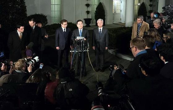 정의용 국가안보실장이 8일 오후 미국 워싱턴 백악관 웨스트윙 앞에서 도널드 트럼프 미국 대통령과의 면담 결과를 발표하고 있다. 왼쪽은 서훈 국정원장. 오른쪽은 조윤제 주미대사. [연합뉴스]