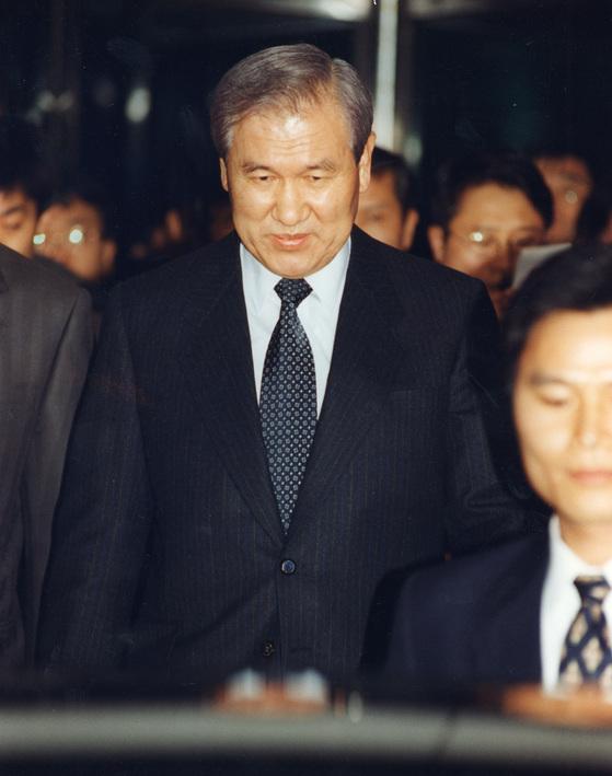 노태우 전 대통령이 2차 조사를 받기 위해 1995년 11월 15일 오후 승요차편으로 서울 서초동 대검청사에 도착, 청사안으로 들어서고 있다. [중앙포토]