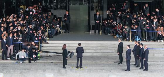 """이 전 대통령은 검찰 포토라인에 서서 """"참담한 심정으로 이 자리에 섰다. 국민 여러분에게 심려를 끼쳐서 대단히 죄송하다""""며 대국민성명을 발표했다.[연합뉴스]"""