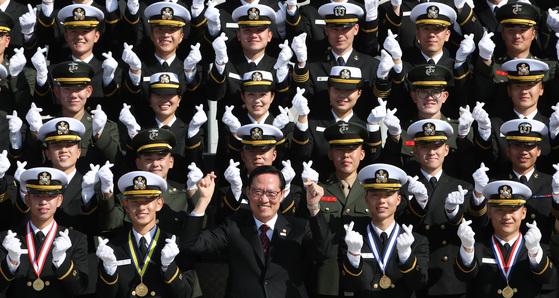 해군사관학교 제72기 사관생도 졸업및 임관식 후 송영무 국방부장관과 136명 생도들이 손가락 하트를 만들어 보이며 기념촬영을 하고 있다.송봉근 기자