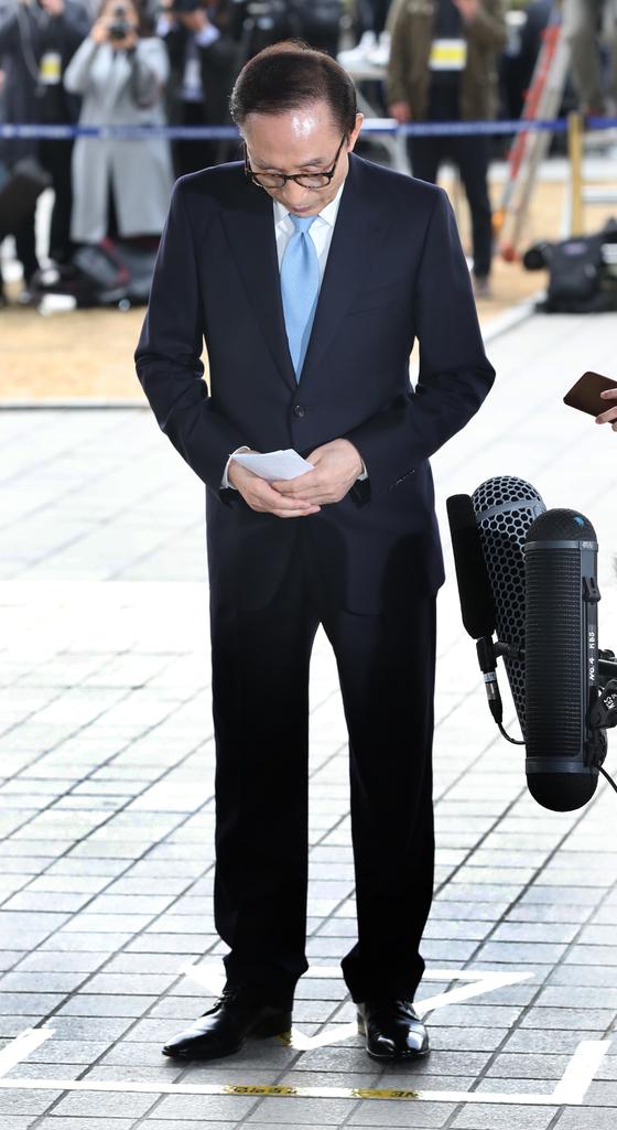 검찰에 출석한 이 전 대통령이 대국민성명을 발표하기 위해 포토라인에 서고 있다. 강정현 기자