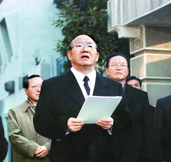 전두환 전 대통령이 1995년 12월 2일 연희동 자택 앞 골목에서 당시 검찰의 전면 재수사에 대해 반발하며 성명을 발표하고 있다. [중앙포토]