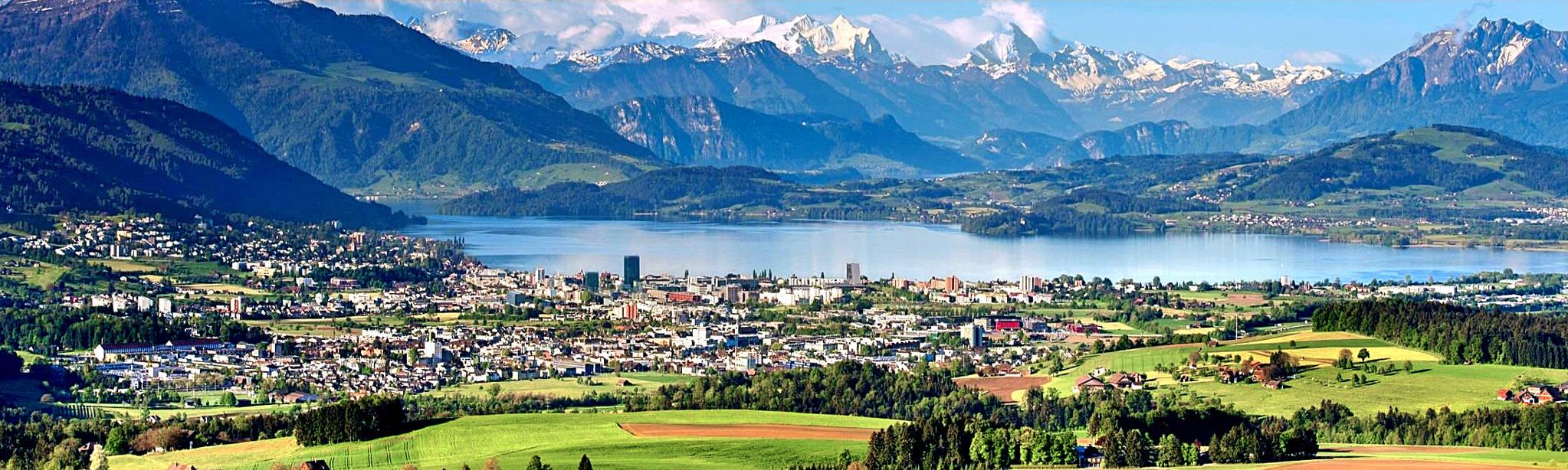 고적한 호수와 하얀 알프스로 둘러싸인 추크(Zug). 관광지처럼 보이지만 스위스 최대의 기업도시 중 하나다. 낮은 법인세와 글로벌 인프라를 앞세워 지멘스·로슈 등 수많은 글로벌 기업을 유치했고, 스타트업 창업도 활발해 도시 전체에 생동감이 넘친다. [사진 추크 칸톤]