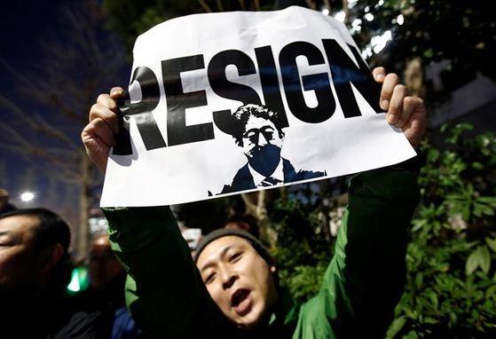 일본 시민들이 12일 저녁 도쿄 총리관저 인근에서 아베의 사퇴를 요구하는 시위를 벌이고 있다. [로이터=연합뉴스]