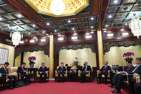 정의용 실장(왼쪽 넷째)가 12일 베이징 영빈관에서 왕이 외교부장과 면담하고 있다. [AP=연합뉴스]