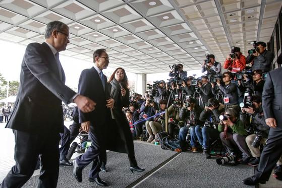 뇌물,횡령 등 혐의를 받고 있는 이명박 전 대통령(왼쪽 둘째)이 14일 오전 서울중앙지검에 도착, 포토라인에서 대국민성명을 발표한 후 검찰청사로 걸어 들어가고 있다.강정현 기자