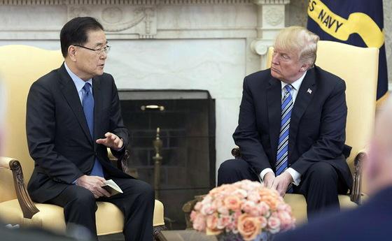정의용 국가안보실장이 8일 오후 미국 워싱턴 백악관 오벌오피스에서 도널드 트럼프 미국 대통령을 만나 방북 성과에 대해 설명하고 있다. [연합뉴스]
