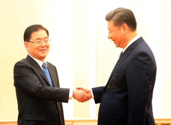 정의용 국가안보실장이 12일 오후 중국 베이징(北京) 인민대회당 푸젠팅에서 시진핑 중국 국가주석과 악수하고 있다. [연합뉴스]
