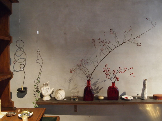오르에르 아카이브에서는 마른 나뭇가지나 꽃, 돌멩이도 하나의 작품이 된다.