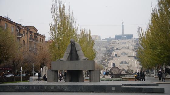 카스케이드 공원 앞의 알렉산더 타마니안 동상.
