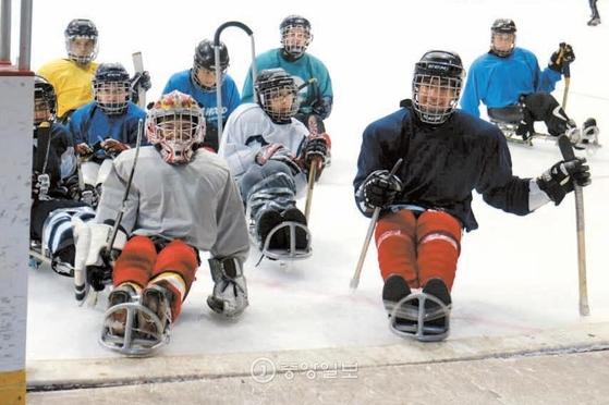 캐나다 몬트리올의 하위 모렌츠 아레나. 오래된 하키장을 장애인 전용으로 리모델링했다. 장애인과 비장애인 선수들이 함께 하키를 즐기고 있다. 썰매를 탄 채 쉽게 링크 밖으로 빠져나갈 수 있도록 턱을 제거했다. [몬트리올=김효경 기자]