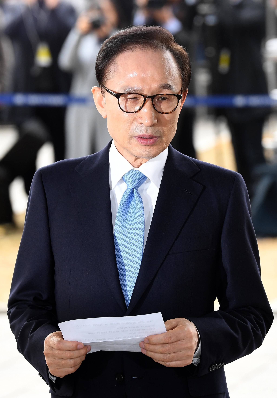 이명박(77) 전 대통령이 14일 오전 피의자 신분으로 서울 서초동 중앙지검에 출석하여 성명서를 읽고 있다. 사진공동취재단