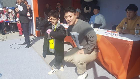 14일 평창 올림픽플라자에서 열린 팬사인회에서 한 어린이와 사진을 찍는 원윤종. 평창=김지한 기자
