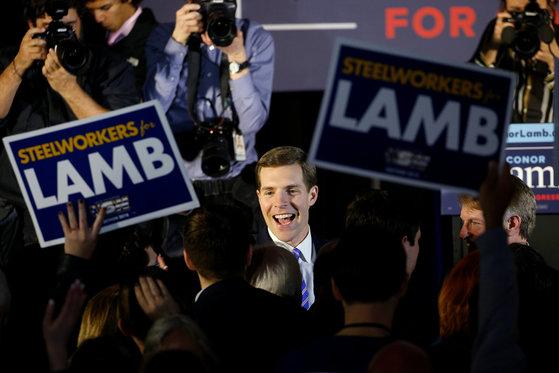 지난 13일 치러진 미국 펜실베이니아주 연방하원의원 보궐선거에서 승리한 민주당의 코너 램 후보가 승리를 확정 지은 뒤 지지자들과 기뻐하고 있다. [로이터=연합뉴스]