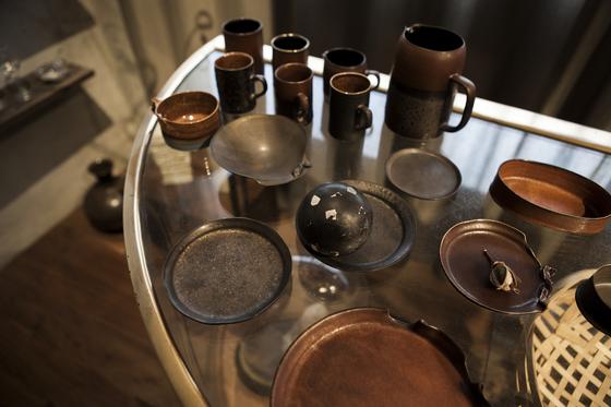 소재는 도자기인데 마치 금속제처럼 보이는 독특한 디테일의 그릇들.