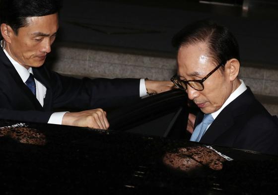 이명박 전 대통령이 15일 오전 서울 서초동 서울중앙지검 청사를 나서고 있다.
