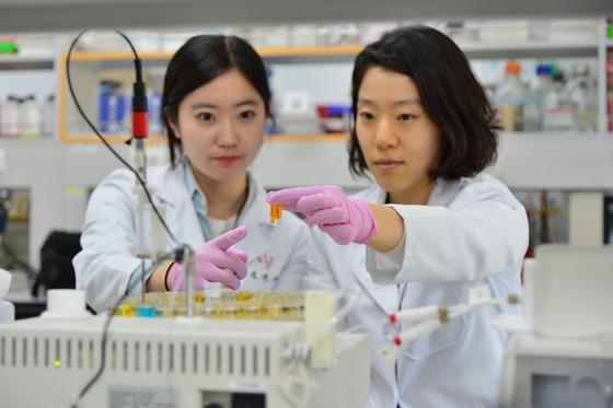 KIST 도핑컨트롤센터의 연구원들이 선수들의 소변·혈액 샘플을 검사하고 있다. [사진 KIST]