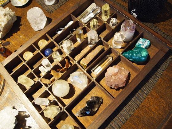 오르에르 아카이브에는 용도는 분명치 않지만 아름다운 물건이 가득하다. 반짝이는 돌 역시 그 중 하나다.