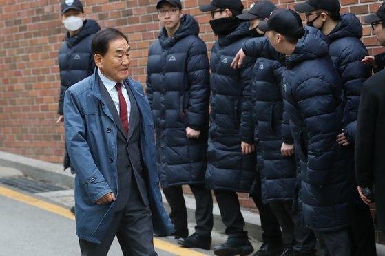 이명박 전 대통령(77)의 검찰 출석을 앞둔 14일 오전 이재오 전 의원이 서울 강남구 논현동 이 전 대통령 자택으로 들어서고 있다. [뉴스1]