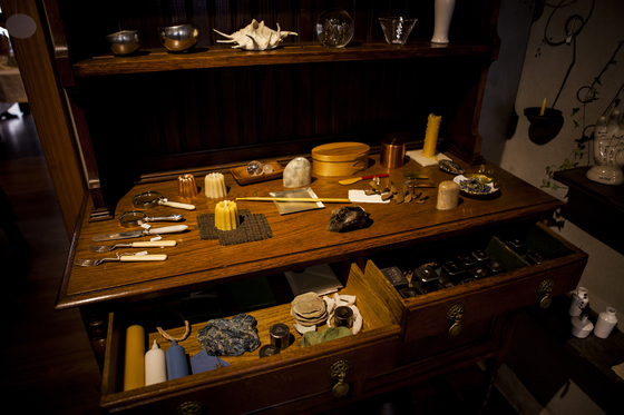 빈티지 커트러리와 촛대, 주물틀 등 하나하나 뜯어보면 재미있는 사연이 있을 법한 물건들이다.