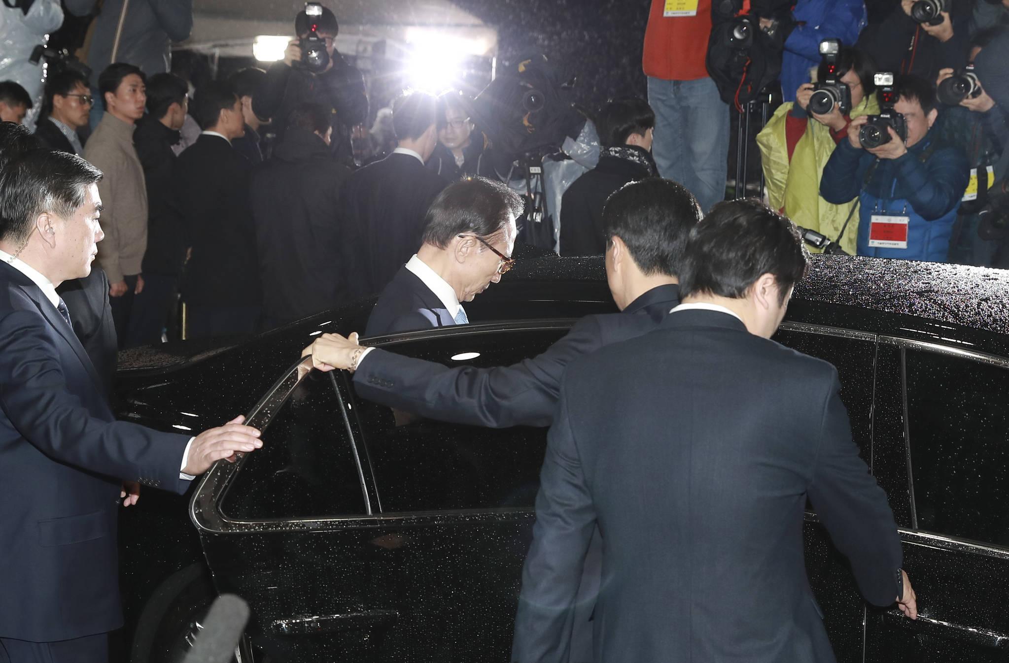이명박 전 대통령이 15일 오전 피의자 조사를 마치고 서울중앙지검에서 차량에 탑승하고 있다. 임현동 기자