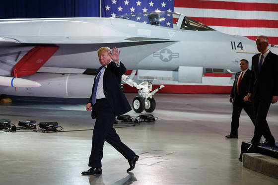 14일(현지시간) 미국 세인트루이스 보잉 공장을 방문한 도널드 트럼프 미국 대통령. [AP=연합뉴스]