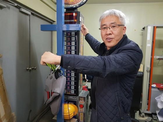 나노텍세라믹스 정상옥 대표가 사무실 한켠에 마련된 신발 강도 실험장치에 대해 설명하고 있다.