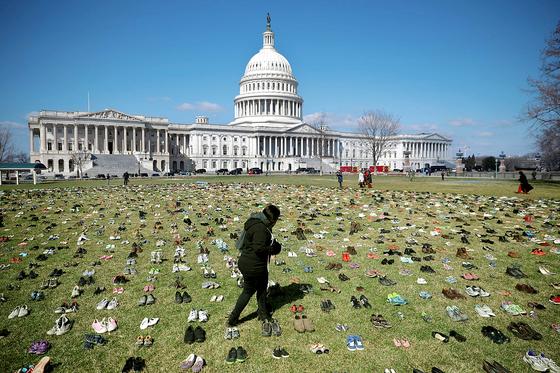 총기 사망 학생 추모 … 미 의사당 앞 신발 7000켤레