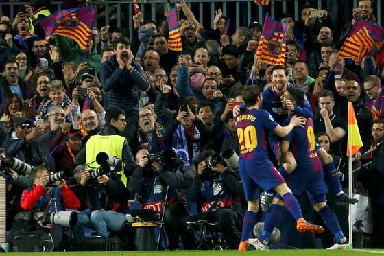 리오넬 메시(왼쪽에서 두 번째)가 첼시전 선제골을 터뜨린 뒤 코너플래그 부근에서 동료 선수들과 기쁨을 나누고 있다. [AP=연합뉴스]