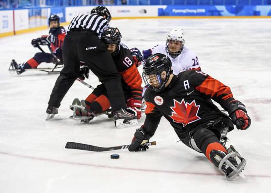 캐나다의 타일러 맥그레거(앞)가 2018 평창 겨울패럴림픽 아이스하키 예선 A조 노르웨이전에서 드리블하고 있다. [강릉 AP=연합뉴스]