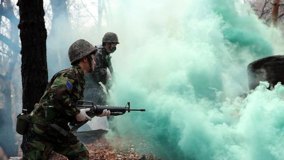 올해 첫 예비군 훈련이 실시된 5일 오전 서울 서초구 내곡동 강동, 송파 예비군 훈련장에서 예비군들이 도심 구조물 극복 훈련을 하고 있다.