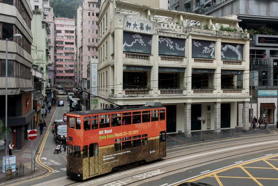 홍콩 갤러리 디스트릭트 앞을 지나는 트램. [사진 홍콩관광청]