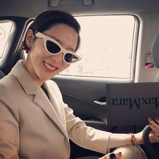 화이트 프레임의 하프-캐츠아이 선글라스로 멋을 낸 방송인 김나영. [사진 김나영 인스타그램]