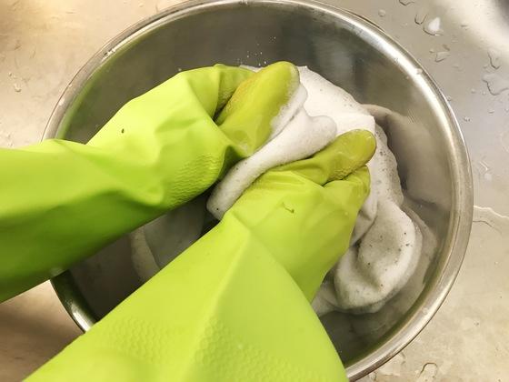 양말을 손으로 비벼 불린 때를 제거한 뒤 깨끗한 물로 헹군다.