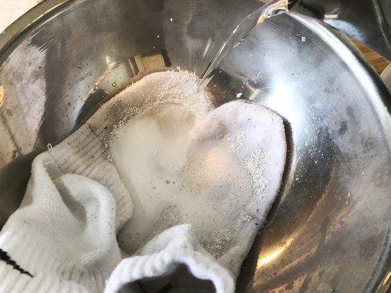 팔팔 끓인 물을 양말이 잠길 만큼 부어 놓는다. 물이 닿자마자 흰 거품이 뽀글뽀글 올라오는 게 보인다.