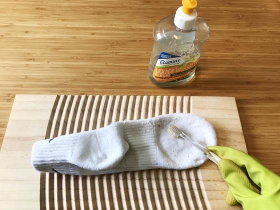 못 쓰는 칫솔로 세제가 양말에 골고루 묻도록 비벼준다.