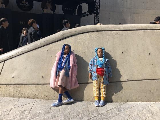 각자 좋아하는 색깔에 맞춰 옷을 입었다는 칼라 델웰(8)과 벨라 델웰(6) 자매.