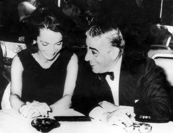 오나시스(오른쪽)와 리 라지윌. 리는 오나시스와 불륜관계였다. 그는 훗날 두번째 남편 스타니슬라프 라지윌과 결혼한 것을 인생 최대의 실수라고 말했다. 두번째 실수는 언니 재키에게 오나시스를 소개한 것이라고 했다.
