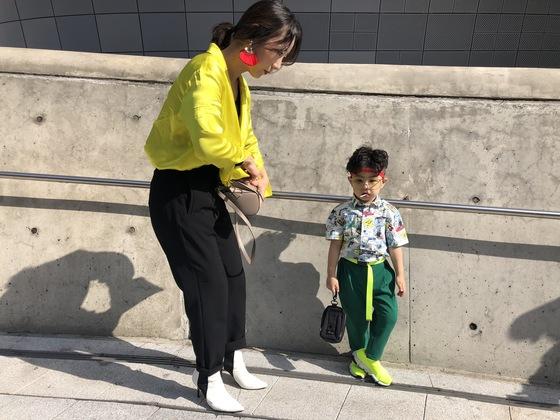 스트리트를 자유롭게 뛰노는 어린이 패피들도 패션위크 또 하나의 볼거리였다. 다섯살 정지원군은 엄마와 함께 노란색·라임색·초록색 등 비비드한 컬러의 패션을 선보였다.