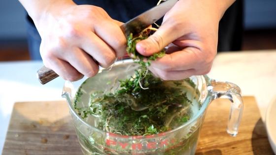 냉이는 뿌리 부분을 중심으로 손질해 준비한다.