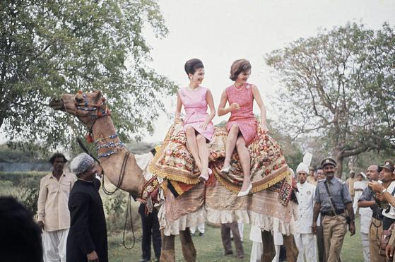 62년 재키의 파키스탄 방문에 동행한 리 라지윌. 라지윌(왼쪽)과 재키가 낙타 등에 올라타 있다.