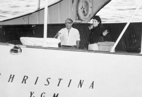 오나시스 소유의 크리스티나호를 타고 유람하고 있는 오나시스와 재키.