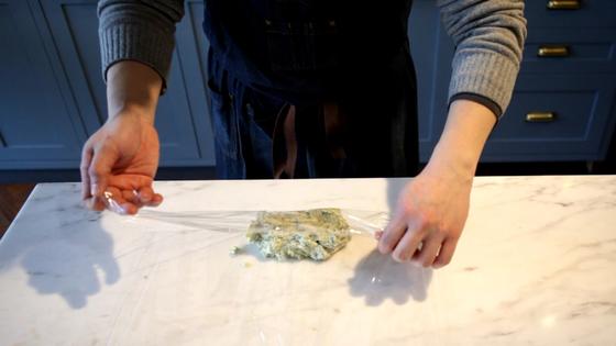 랩을 바닥에 깔고 냉이 버터를 올려 둥글게 말아준다.