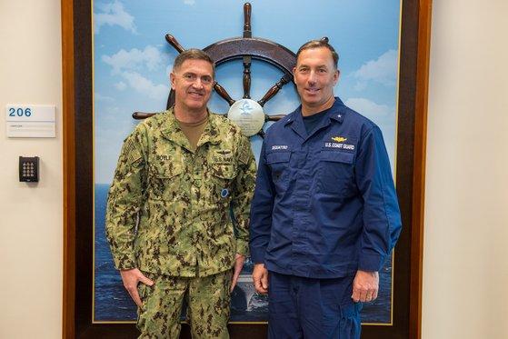 주한미해군사령관인 마이클 보일 준장(왼쪽)이 지난 6일 주한미해군(CNFK) 사령부를 방문한 태평양해안경비대(PACAREA) 부사령관인 팻 드콰트로 준장과 함께 기념사진을 찍었다. [사진 주한미해군]