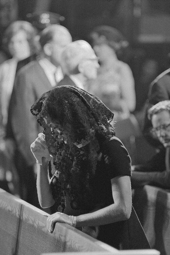 교회에서 기도하는 재클린 케네디.