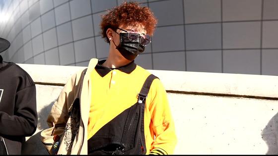 고등래퍼 김하온군의 스타일링에서 영감을 받아 노란색과 검정색을 매치했다는 강하늘(25)씨.