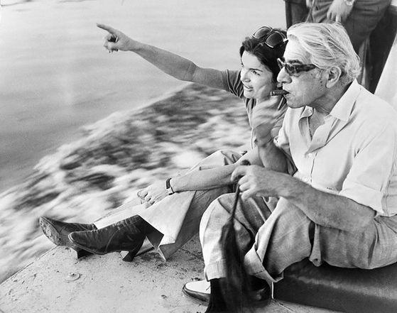 해변에서 휴식을 취하고 있는 재키와 오나시스.