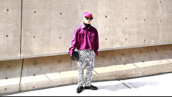 쨍한 울트라 바이올렛 컬러의 재킷과 얼룩말 무늬 바지를 매치한 패션블로거 이선빈(24)씨.